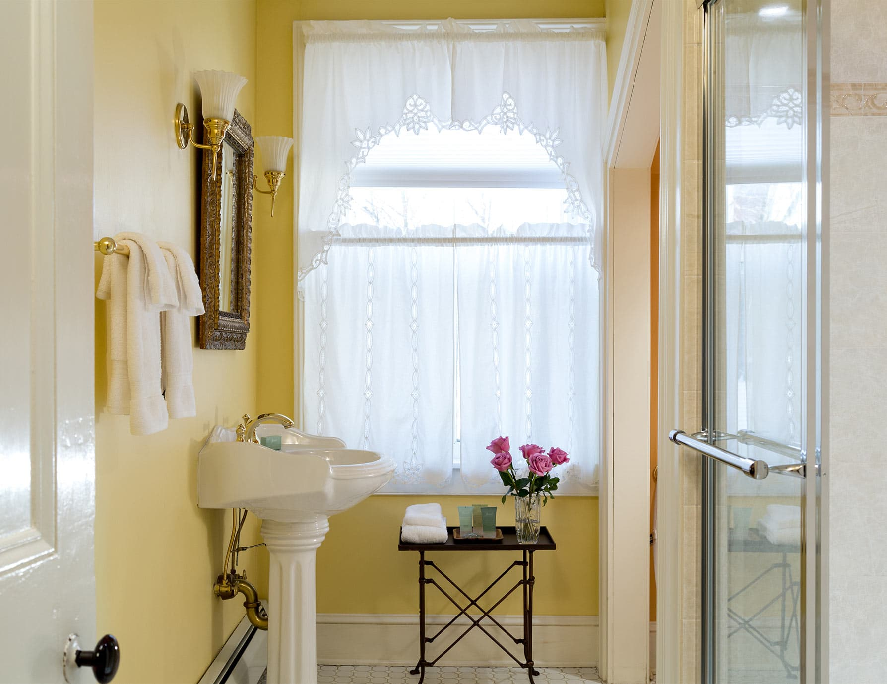 Bathroom with pedestal sink in Wyeth Suite